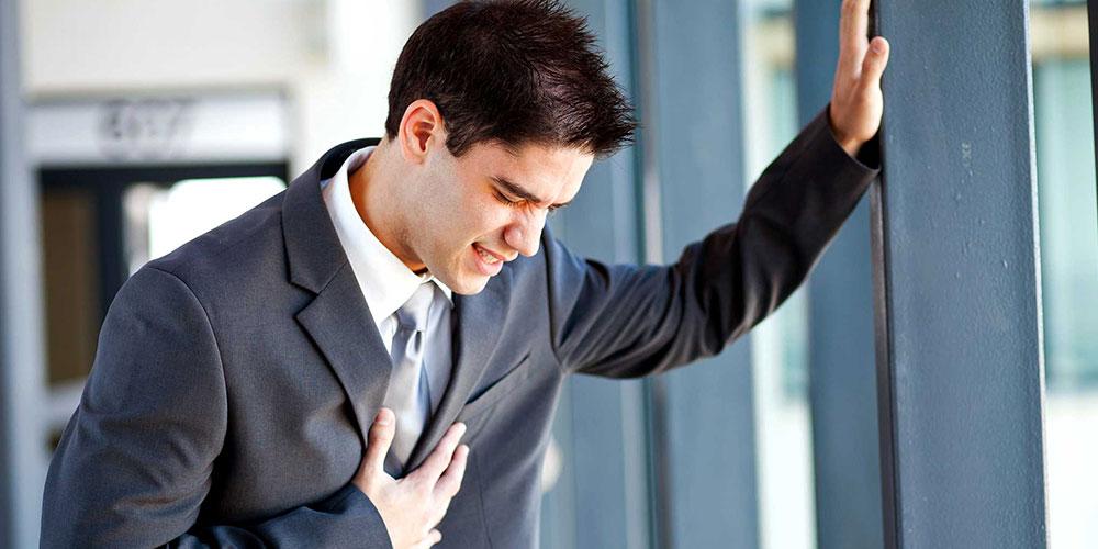 erste Anzeichen Herzinfarkt Mann